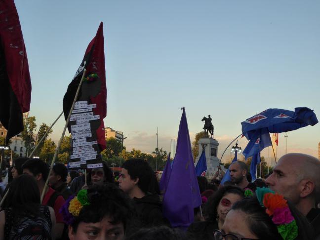 Numerosos colectivos y organizaciones marcharon en Santiago con diversas banderas, pancartas, obras de arte, teatro, danza...denunciando violencis de género. Foto: Marien González Hidalgo