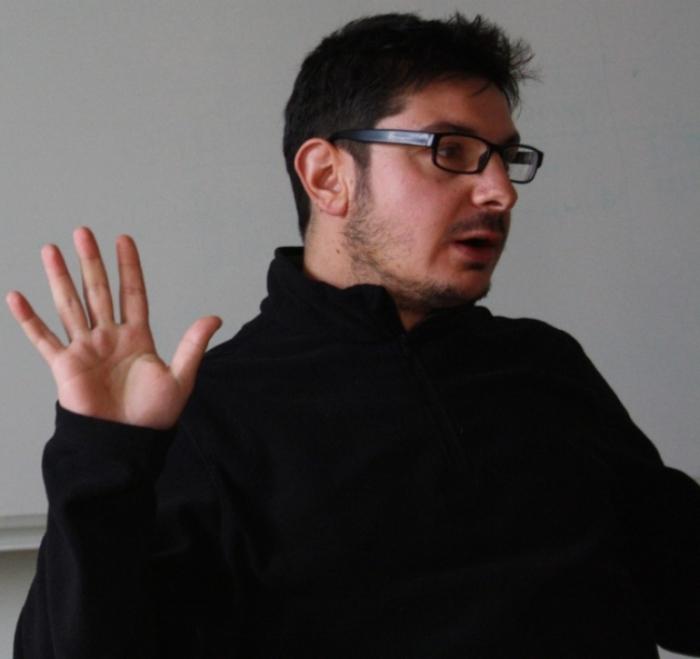 Investigador academico Diego Andreucci. Source: http://www.elpaisonline.com/index.php/2013-01-15-14-16-26/centrales/item/190232-no-amenazar-intereses-transnacionales-limito-el-proceso-de-cambio%3Cbr%20/%3E
