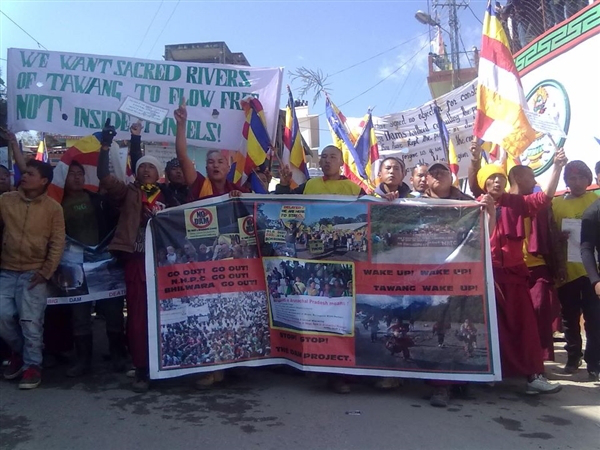 Save Mon Region Federation activists protesting against hydropower projects in Tawang. Source: www.sandrp.wordpress.com.