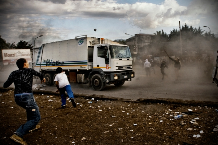 A demonstration by the local community of Terzigno in 2010 against the opening of a landfill during the peak of the waste crisis. (photo by Janos Chialá)